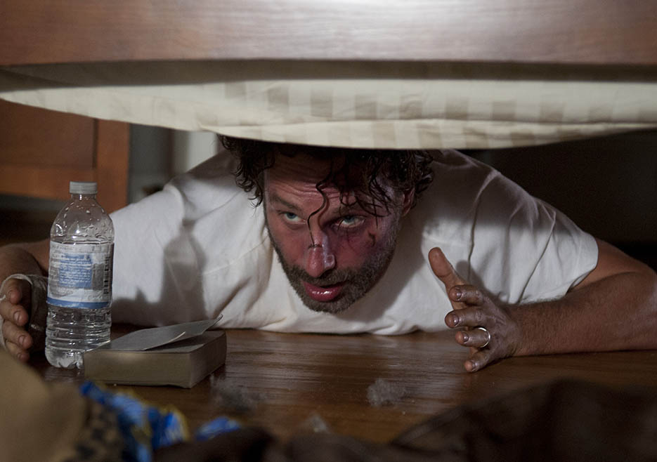 The Walking Dead S4 Ep11 Rick Hides Under The Bed From A Gang Of