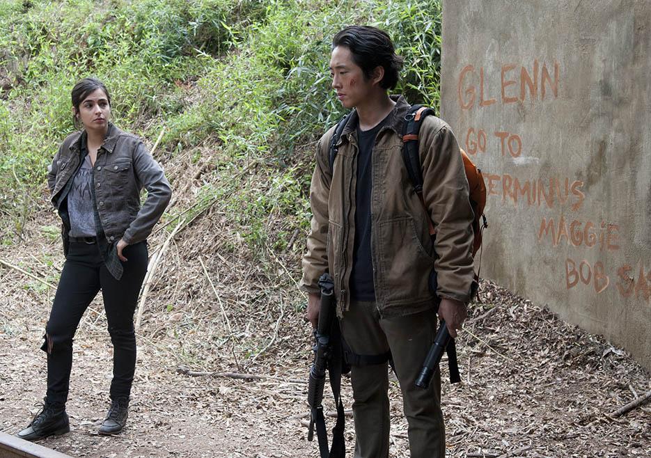The Walking Dead S4 Ep15 – Tara and Glenn head through the tunnel to ...